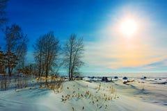Un coucher du soleil d'hiver La Sibérie occidentale, Russie Image stock