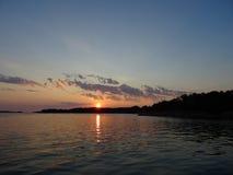 Un coucher du soleil dans l'archipel par le golfe de Finlande photographie stock libre de droits