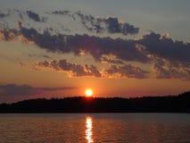 Un coucher du soleil dans l'archipel par le golfe de Finlande images libres de droits