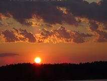 Un coucher du soleil dans l'archipel par le golfe de Finlande photographie stock