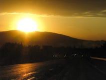 Un coucher du soleil dans les montagnes de Caucase Image stock