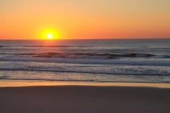 Un coucher du soleil de bord de la mer Image stock