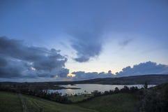 Un coucher du soleil de ciel assez bleu au-dessus de lac Eskes images stock