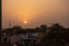 Un coucher du soleil de dessus de toit à Âgrâ images stock