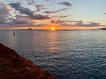 Un coucher du soleil de Hawaiin sur Oahu photographie stock libre de droits
