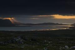 Un coucher du soleil dramatique au-dessus de la mer dans l'Arctique Image libre de droits