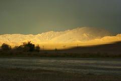 Un coucher du soleil en Mongolie occidentale avec le ciel foncé et un rayon de soleil Photos stock