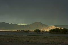Un coucher du soleil en Mongolie occidentale avec le ciel foncé et un rayon de soleil Images libres de droits