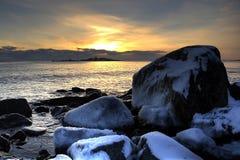 Un coucher du soleil froid à la mer Image libre de droits