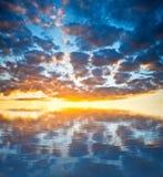 Un coucher du soleil gentil avec se refléter de nuages image stock