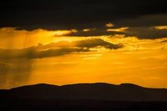 Un coucher du soleil intense d'été après un orage au-dessus des montagnes images libres de droits