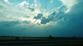 Un coucher du soleil nuageux au-dessus de la route clips vidéos