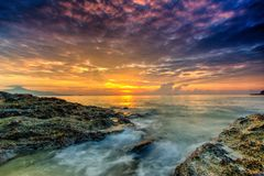 Un coucher du soleil nuageux de long d'exposition paysage de photo beau avec Sto image libre de droits
