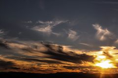 Un coucher du soleil orageux que je devine images stock