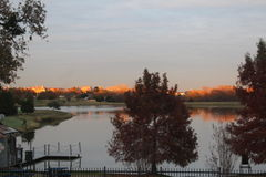Un coucher du soleil orange images stock