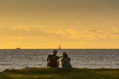 Un coucher du soleil plus ancien de couples image stock
