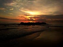 Un coucher du soleil renversant Photos stock