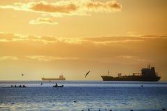 Un coucher du soleil romantique dans le port de Salonique - la Grèce Photos libres de droits