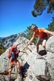 Un coup de main haut dans les montagnes dans la hausse d'été Photos stock