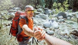 Un coup de main haut dans les montagnes dans la hausse d'été Images stock
