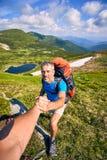 Un coup de main haut dans les montagnes dans la hausse d'été Photo libre de droits