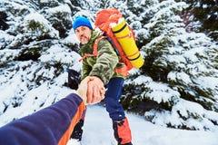 Un coup de main haut dans les montagnes dans la hausse d'hiver Image stock