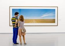 Un couple à l'exposition de Wim Wenders Images libres de droits