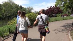 Un couple étreignant et marchant chez Central Park de New York Appareil-photo stabilisé banque de vidéos