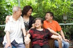Un couple aîné et leurs enfants Image stock