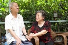 Un couple aîné regarde l'un l'autre beau Photo libre de droits