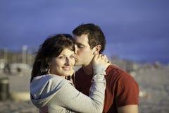 Un couple affectueux à la plage Photo stock