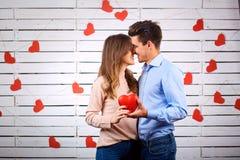Un couple affectueux étreint avec un coeur dans leurs mains Photo libre de droits