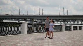 Un couple affectueux étreint et des baisers sur le bord de mer banque de vidéos