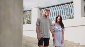 Un couple affectueux étreint et des baisers sur le bord de mer clips vidéos