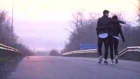 Un couple affectueux étreint et va à la ville de Dniepropetovsk pendant l'aube, mouvement lent clips vidéos