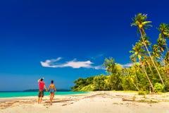 Un couple affectueux appréciant les vues à couper le souffle de la plage sablonneuse tropicale Photographie stock libre de droits