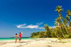 Un couple affectueux appréciant les vues à couper le souffle de la plage sablonneuse tropicale Photos stock