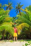 Un couple affectueux appréciant les vues à couper le souffle de la plage sablonneuse tropicale Photo libre de droits