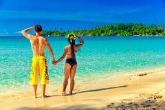 Un couple affectueux appréciant les vues à couper le souffle de la plage sablonneuse tropicale Photographie stock