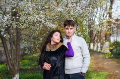 Un couple affectueux est dans un jardin Photos libres de droits