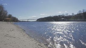 Un couple affectueux marche par la rivière banque de vidéos