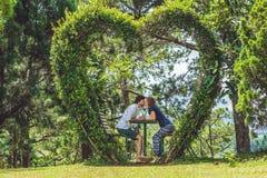 Un couple affectueux sous un buisson sous forme de coeur Jour du ` s de St Valentine, concept d'amour Image stock