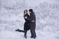 Un couple affectueux sur une promenade d'hiver Histoire d'amour de neige, magie d'hiver Homme et femme sur la rue givrée Le type  Images stock