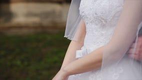 Un couple affectueux tient des mains leur jour du mariage banque de vidéos