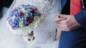 Un couple affectueux tient des mains leur jour du mariage clips vidéos