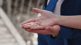 Un couple affectueux tient la clé sur leur appartement banque de vidéos