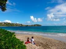 Un couple appréciant l'amitié échoue un jour stellaire dans les Caraïbe Photographie stock libre de droits