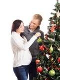 Un couple attendant le bébé à Noël près de l'arbre Photos stock