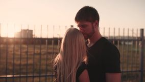 Un couple attrayant dans l'étreinte d'amour et apprécier un moment intime ensemble, contre le coucher du soleil ou le lever de so banque de vidéos