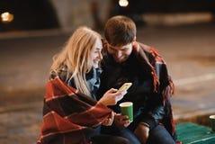 Un couple attrayant dans l'amour embrasse et apprécie un moment intime ensemble, contre le contexte des lumières de ville Images stock